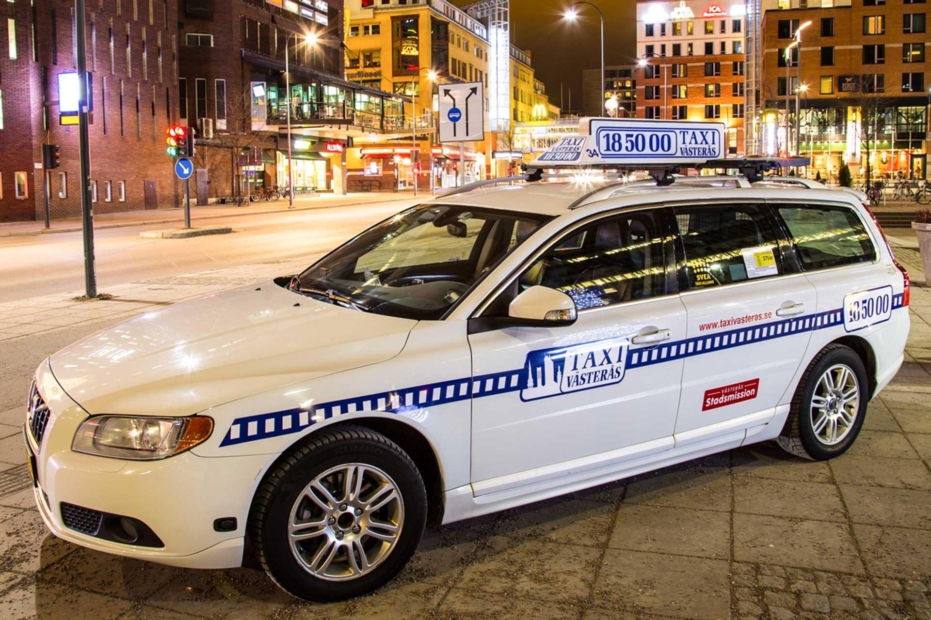 Taxibil från Taxi Västerås står parkerad utanför skrapan i Västerås. Foto: Pressbild
