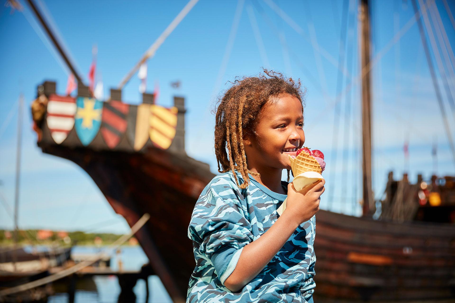 Barn som äter glass på Frösåkers brygga i Västerås. Foto: BildN